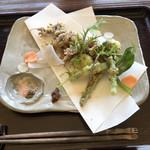 107262573 - 主菜。ホタルイカと山菜のフリット。