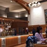 洞爺湖万世閣ホテルレイクサイドテラス - 店内(左側が飲み放題コーナー)