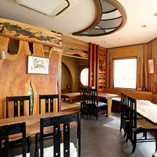 蕎麦の実で作った塗料を使用した、個性溢れる美食空間