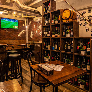 ヴェネツィアの伝統的な酒場・バーカロのような店内が楽しい!