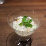Aca 1° - ボタンエビ、紫ウニをグラス一杯に投入し、生ハムと青海苔を使った泡立てソースで。すりおろしたふきも食感として。ウワー、はやくも感動の味。