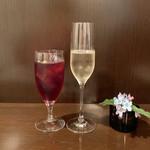 トラットリア カーサ カルマ - 自家製林檎のサングリア(700円) スプマンテグラス(880円)