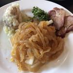 シノワーズ - 冷菜3種盛り合わせ小1000円。左奥の、蒸し鶏のネギソースが、とても美味しかったです(╹◡╹)