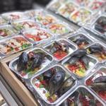 海女小屋食堂 - 2019年1月11日、食べ放題の種類が約40種類。あまちゃんオススメは『ムール貝のアヒージョとシーフードアヒージョ』。 貝の旨みがたっぷり、にんにくが効いててGood!オリーブオイルをお好みでかけてお召し上がりください!
