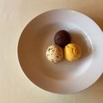 AUX CRIEURS DE VIN - アイスクリームの盛り合わせ