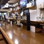 リスタートバー食堂 - 店内の雰囲気です。 カウンターだけのお店です。 カウンターの中が厨房になっています。