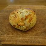 107358466 - バジルチーズオリーブのハードパン