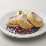 マテリアル カフェ - ミックスベリーバナナパンケーキ 2枚:¥880(税別) / 3枚:980(税別)