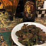 107366221 - ライオンラガーと鶏もつスパイス炒め(ビールのアテ)