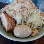 107367933 - ラーメン小 野菜増し、あぶらマシマシ750円、割れ欠け味玉20円
