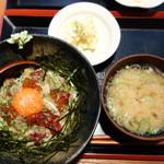 北海ひがし - 海鮮ユッケ丼880円。