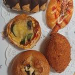 リオのパン - ウインナーパン、カレーパン、チョコ生乳ショコラクリーム、野菜チーズ、野沢菜フランス