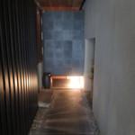 107369275 - 暖簾をくぐり、アプローチ奥の左が扉