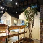 ライフシーズ 赤れんがcafe - 店内の様子 三角屋根のトコが発注&会計カウンター 左方向は物販スペース