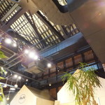 ライフシーズ 赤れんがcafe - 元々が倉庫なので天井が高い