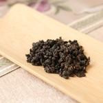 花咲み荼 - 【紅烏龍茶】蜜香紅茶と同じ茶葉で、紅茶と烏龍茶の作り方で作られたお茶です。フワッと広がる甘い香りと、紅茶のような甘くて深い味わいを併せ持つ鹿野郷のお茶です。