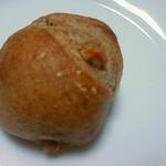 グランド・エピスリー - 胡桃が練りこまれたハード系の小さいパン(80円)