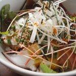 かねよ食堂・カフェ・アートスタジオ - 海鮮丼。獲れたての海の幸。