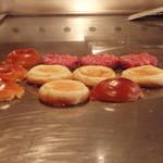ステーキハウスひのき - ピカピカの鉄板。ハンバーガーはパンを温めるところから始めます