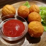 お肉と私の酒場 ハセガワ - カリカリチーズボール