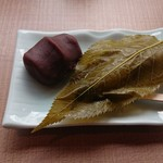 琴きき茶屋 - 2種類の櫻もちセット