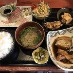 むちゃく - 活〆真鯛の刺身と魚のアラ炊き=850円