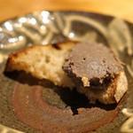 ともすけ - 鶏レバーと生姜の赤ワイン煮パテ 小さなパンに乗せて