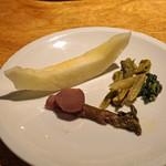 ともすけ - 独活の赤ワイン煮、たらの芽 越前白茎牛蒡 牛蒡の葉っぱ、イエローキング(メロン) コラトゥーラ(イタリアの魚醤)の風味で
