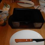 107415287 - アンガスステーキを焼く鉄板