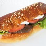 ブランジュリー パリの空の下 - 秋野菜のサンドイッチ(380円)♪茄子、トマト、レタス、卵などが入っています。