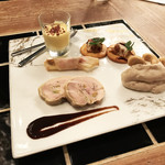 son-ju-cue - 前菜5種盛り(洋)(690円) ・とうもろこしのムース ・ベーコンとチーズのパートブリック包み焼き ・ドライイチジクとクルミのテリーヌ ・クリームチーズのポテトサラダ ・鶏もも肉のガランティーヌ