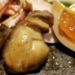 107438825 - ⑨牡蠣(広島県地御前産)の燻製                       この時期は既に牡蠣の出荷が終わっているので、恐らく冷凍ものでしょうね。                       それゆえに燻製で提供するのが正解。                       プルプルで味わい深く仕上がっており、良いと思います。