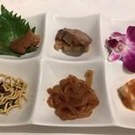 ザ トウキョウフェニックス バイ ホウメイシュン - 6種前菜盛り合わせ1300円。真ん中上段の焼豚と蜂蜜を合わせたもの、右下の、ホタテのムース?が、とても美味しかったです(╹◡╹) お願いしないと説明はありませんσ(^_^;)