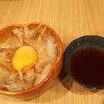 貫田川 - オニオンスライス380円(税別)鰹節と生卵と玉葱を混ぜて頂きます。まろやかシャキシャキで美味しい♪