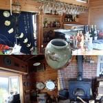 バリアフリーペンション ユートピア丸 - 食堂。バーカウンターがあったり、薪ストーブがあったり、計器類があったり。浜通りの相馬焼があったり。