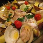 キッチンスズヤ - 名物のアクアパッツァは、丸ごと鯛が入ってました!