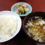 建治旅館 - ご飯(地元産こしひかり)、えのき茸の味噌汁、お新香