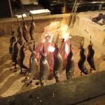 居酒屋 ちょーちょ - 囲炉裏で魚を焼きます