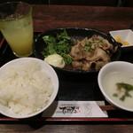 琉球・梅酒ダイニング てぃーだ - 豚の生姜焼き定食780円