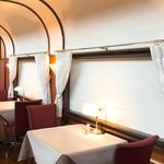 トレインレストラン日本食堂 - 食堂車風の店内