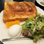 107483019 - サラダと茹で玉子とフルーツ