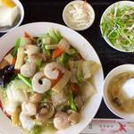 中国料理 四季香 - 「海老あんかけ焼そば」@980 サラダ、スープ、漬物、杏仁豆腐付き