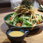 名物わら焼きとマグロ料理 北堀江 ほおずき - 前菜のカリカリごぼうのサラダ…と自家製ドレッシング