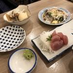 晩杯屋 - 煮込み(玉子入り)300円、かつおたたき200円。