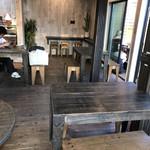 ドンドン - dondon さんの店内の様子。 カウンターとテーブル10人〜利用可能の様子ですね。