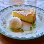 喫茶トラカイ - ベイクドチーズケーキ、びわのヨーグルトアイス