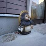 ウスキングベーグル - お店の外にはかわいらしい置物が