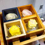 Sekainoyamuchan - お勧め点心9点セット(¥1477)の一部。1薄皮小籠湯包、46帽子餃子、4錦糸焼売、10広東焼売