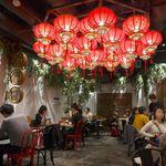 Sekainoyamuchan - 中華ランタンが雰囲気を盛り上げる。カウンターはなく、テーブル席のみ