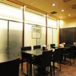 中国料理 萬里 - 4人掛けテーブル席をくっつけて、12名様横並びでご宴会も可能です。